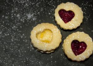 Plätzchen backen: Weihnachtsherzen mit Marmeladenfüllung